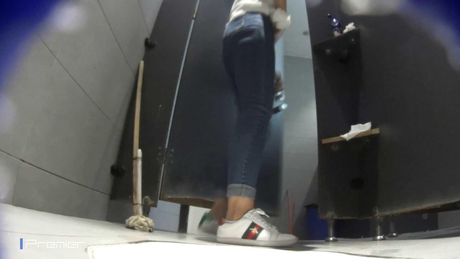 派手なスニーカーの女の子 大学休憩時間の洗面所事情63 お姉さん達のヌード | 美女達のヌード  95連発
